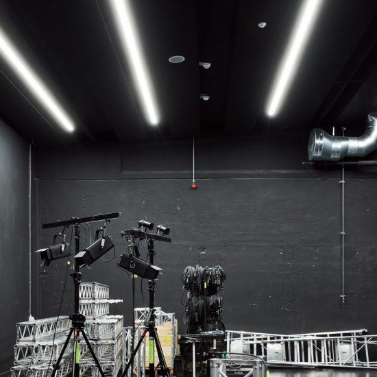 Hal C – Next Uddannelse København: Fra industrihal til kreative studios (sort studio)