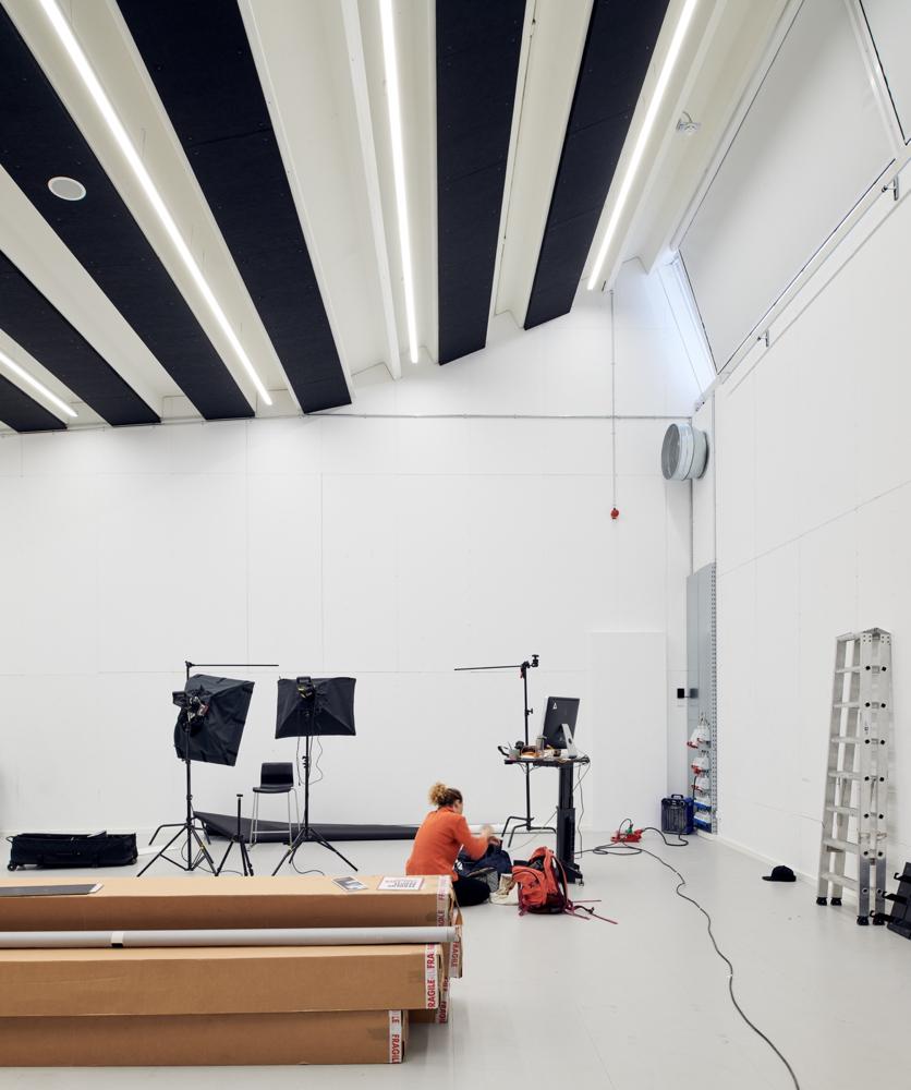 Hal C – Next Uddannelse København: Fra industrihal til kreative studios (fotostudie)