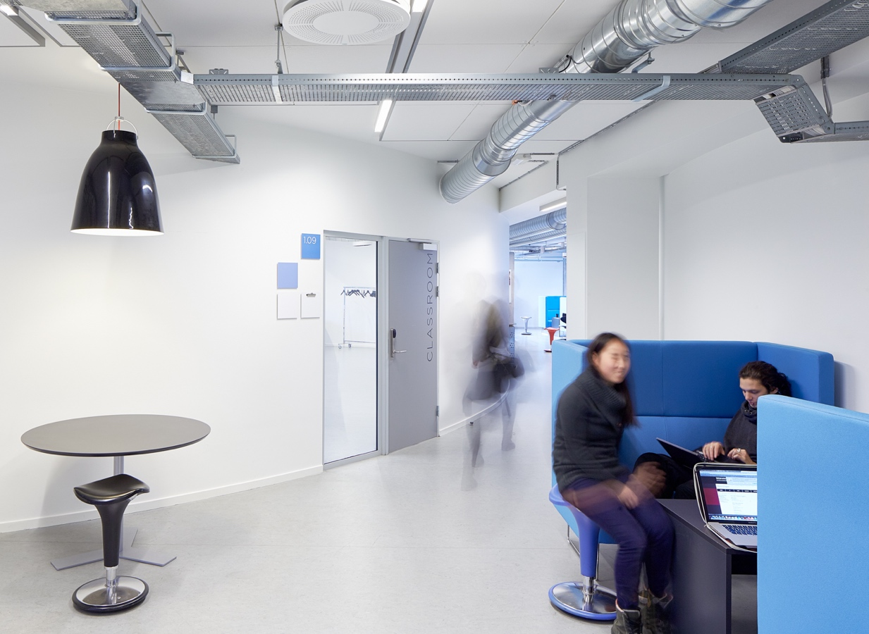 Copenhagen Business Academy (sofagruppe på gangareal)