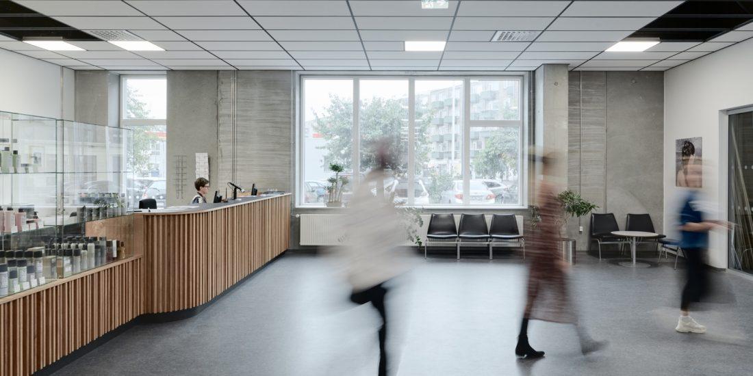 Erhvervsskoler: Frisørs- og Kosmetikerskolen – NEXT Uddannelse København (reception, montre, venteområde) uddannelseslokaler