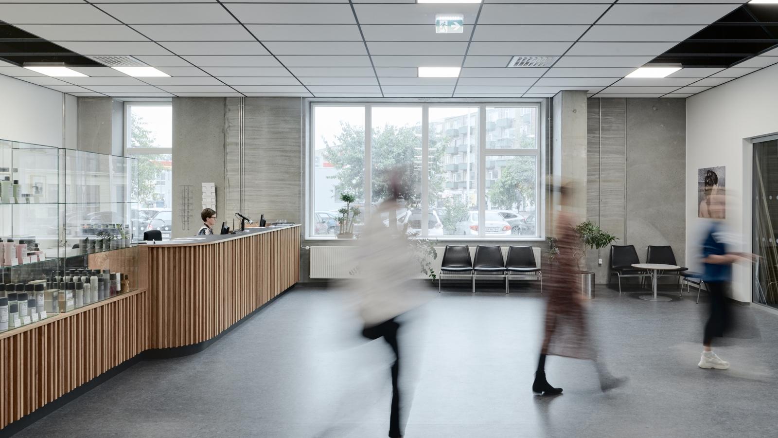 Erhvervsskole: Frisørs- og Kosmetikerskolen – NEXT Uddannelse København (reception, montre, venteområde) uddannelseslokaler